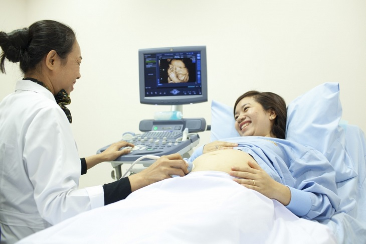 Mẹ bầu nên khám thai, khám phụ khoa thường xuyên và làm theo chỉ dẫn của bác sĩ