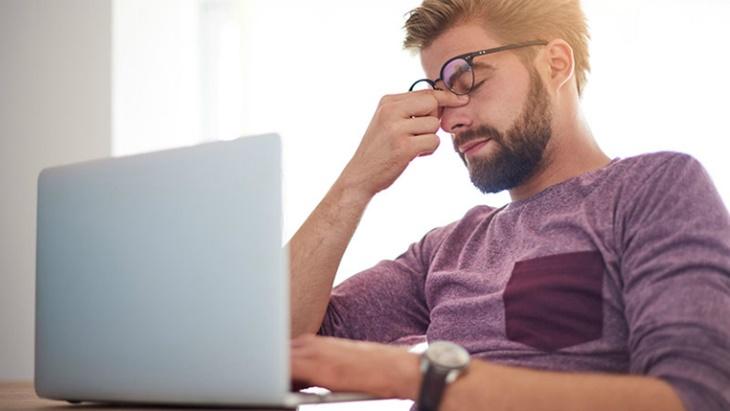 Tình trạng stress kéo dài khiến nội tiết tố bị rối loạn, gây ra mụn nội tiết