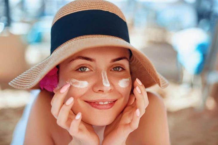 Thoa kem chống nắng là một trong những giải pháp bảo vệ da rất hiệu quả
