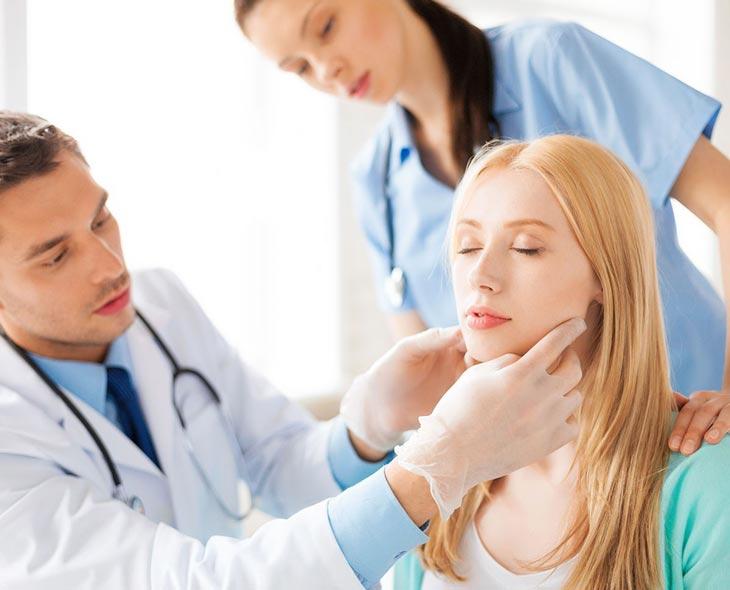 Trong trường hợp tình trạng mụn phức tạp gây đau nhức, sốt, nôn mửa, hãy đi gặp bác sĩ
