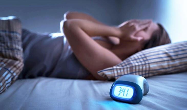 Ngủ không đủ giấc cũng dễ khiến da mặt bị nổi mụn sưng đỏ không nhân