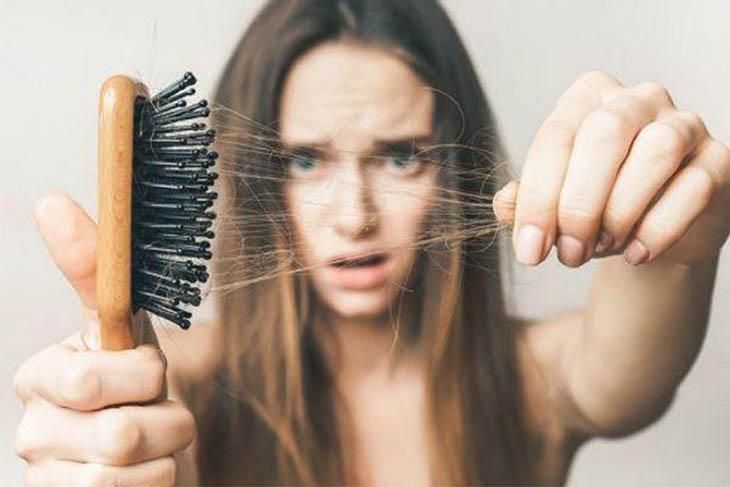 Rụng tóc là một trong những biểu hiện tiền mãn kinh phổ biến