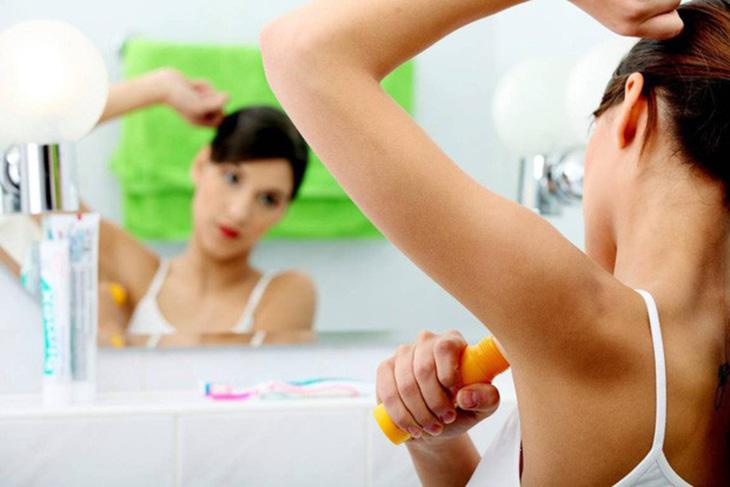 Sử dụng lăn khử mùi nhiều hóa chất gây kích ứng da nách và gây ngứa