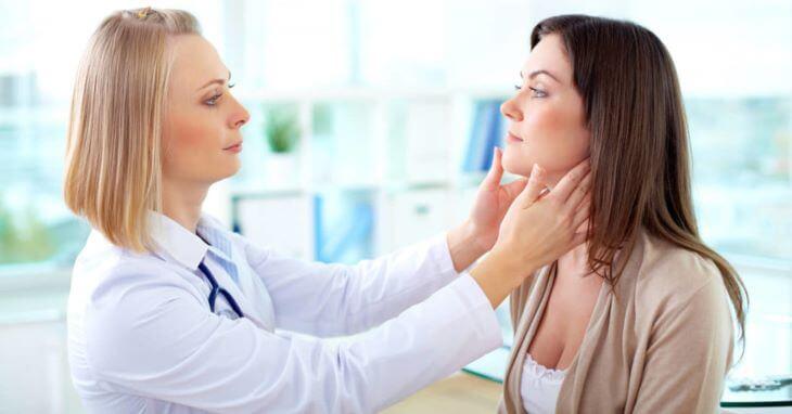 Hãy gặp bác sĩ ngay khi thấy ngứa quanh miệng kèm theo triệu chứng bất thường khác