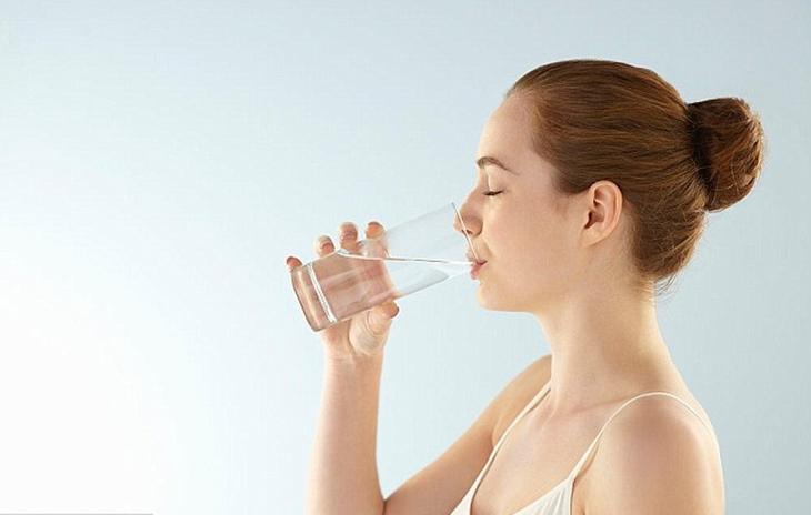 Uống nước đầy đủ giúp cung cấp độ ẩm cho da