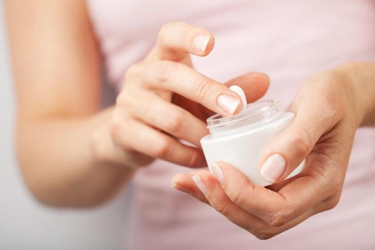 Dùng thuốc bôi để cải thiện tình trạng ngứa trong da