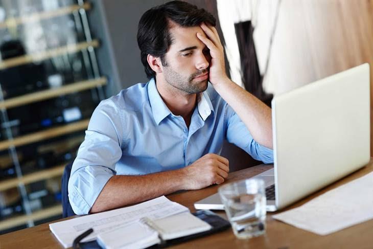 Stress quá dài cũng là một trong những nguyên nhân gây mụn ẩn