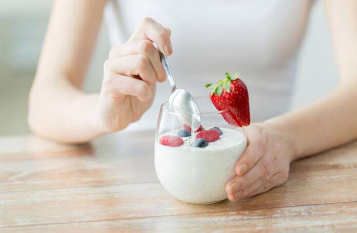 Ăn sữa chua mỗi ngày nhằm bổ sung lợi khuẩn và giúp vết loét nhanh lành