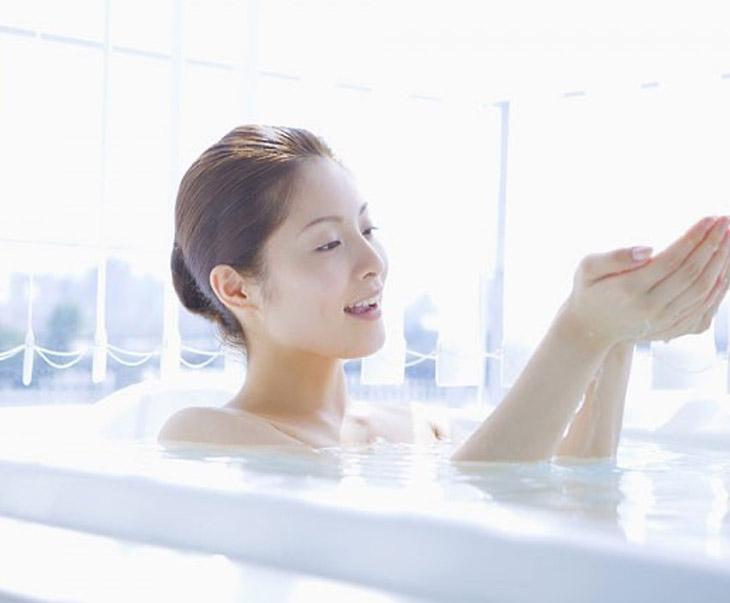 Nổi mề đay có được tắm không? - Nên tắm ở nhiệt độ phụ hợp sẽ an toàn cho người bệnh