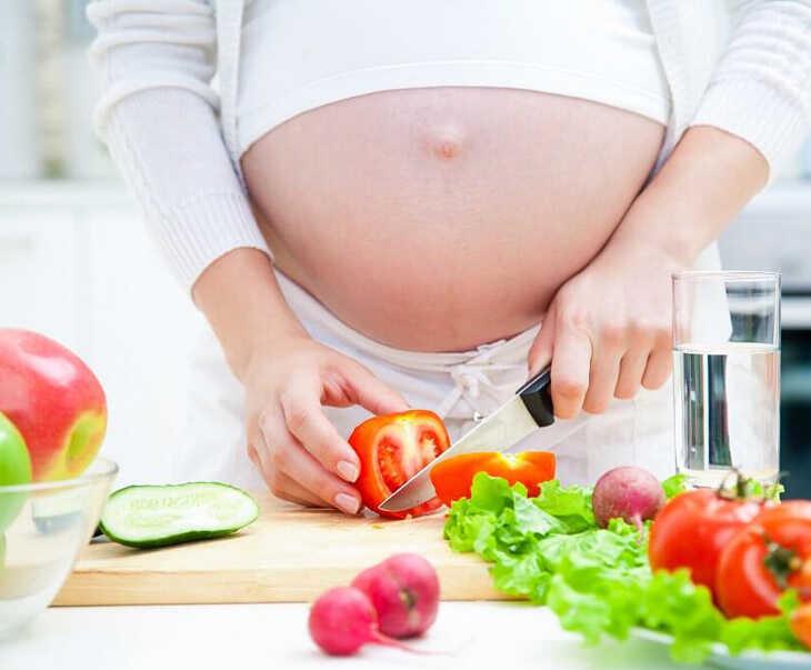 Nổi mề đay khi mang thai 3 tháng đầu nên tăng cường bổ sung rau xanh, hoa quả trong thực đơn hàng ngày