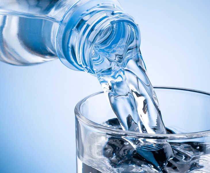Uống nhiều nước là lời khuyên dành cho người mắc mề đay
