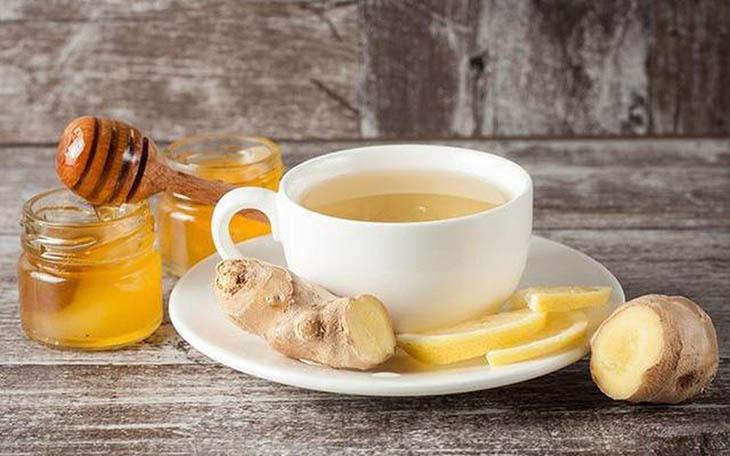 Dùng trà gừng để trị chứng nổi mề đay dai dẳng ở lưng