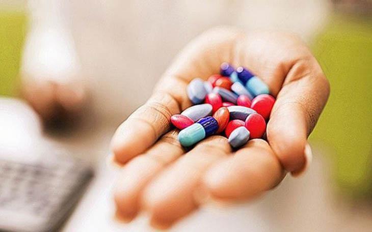 Uống thuốc Tây theo chỉ định của bác sĩ để trị mề đay ở lưng