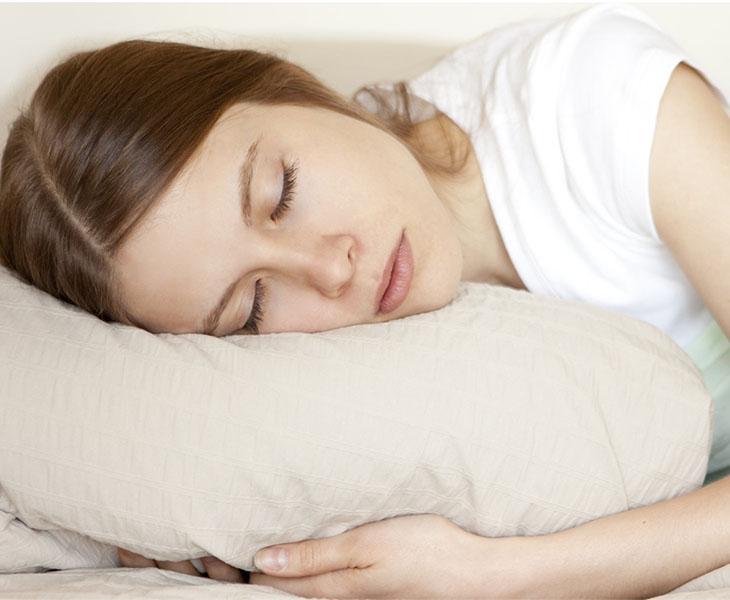 Ngủ đủ giấc, nghỉ ngơi hợp lý để phòng và điều trị bệnh rong kinh 1 tháng