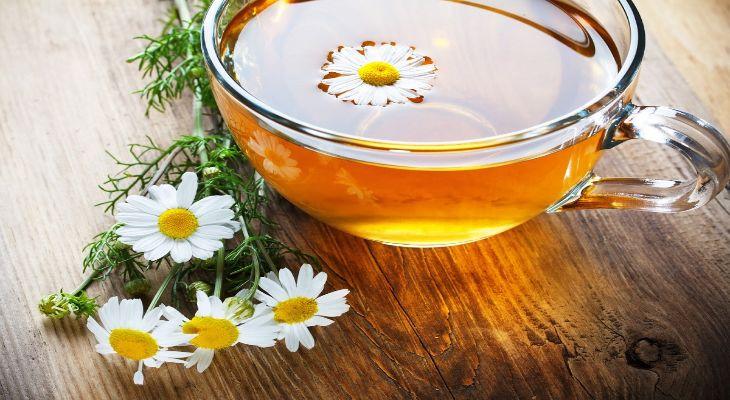Trà hoa cúc giúp làm giảm triệu chứng rong kinh ra máu cục