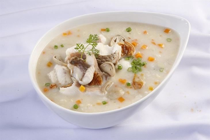 Cháo và súp giúp cải thiện được tình trạng mất nước cho người bị sốt viêm họng