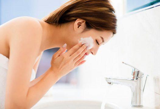 Sử dụng mỹ phẩm và sữa rửa mặt đúng cách