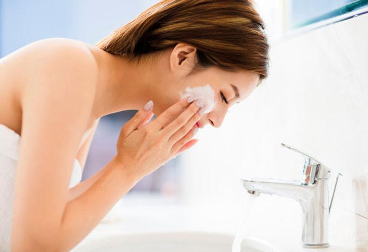 Sử dụng mỹ phẩm và sữa rửa mặt trị mụn ẩn tuổi dậy thì phải đúng cách