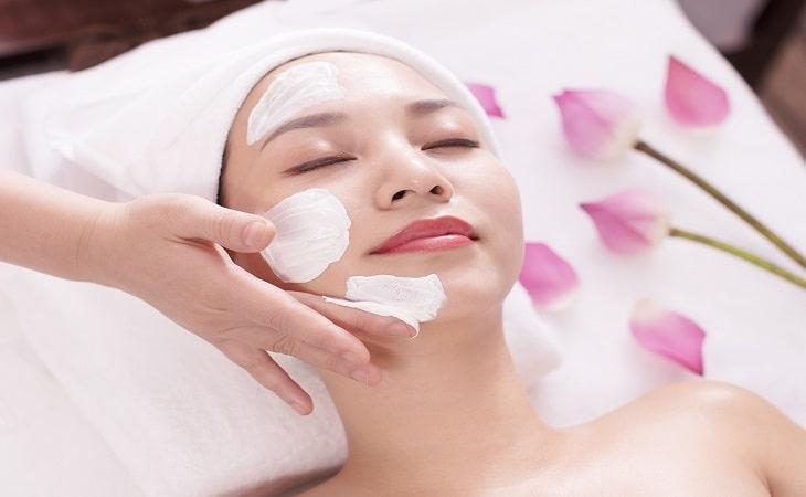 Để da mặt không bị ngứa, bạn hãy sử dụng các loại kem dưỡng ẩm phù hợp với da