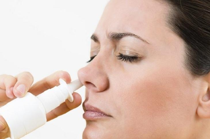 Sử dụng thuốc xịt chữa viêm xoang nghẹt mũi theo chỉ định của bác sĩ
