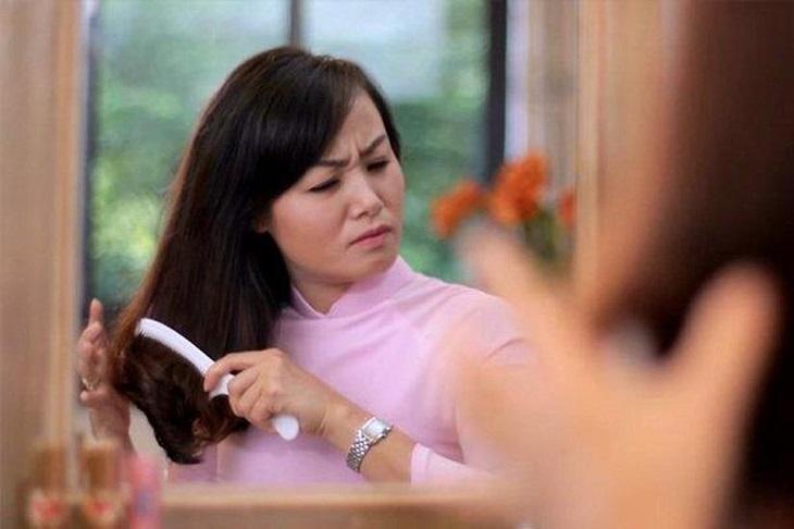 Sự thay đổi hormone khiến chị em gặp phải các vấn đề về tóc và da