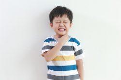 Trẻ bị viêm amidan quá phát sẽ thấy đau sưng họng, ho nhiều, khản tiếng,...