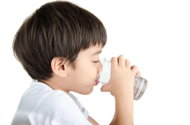 Cho bé uống đủ nước mỗi ngày để tốt cho sức khỏe