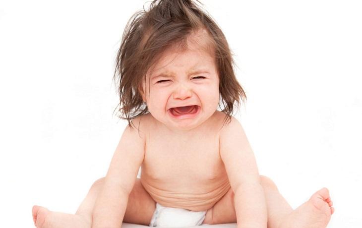 Trẻ bị ngứa da đầu gây cảm giác khó chịu