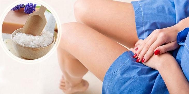 Vệ sinh vùng kín bằng nước muối giúp giảm tình trạng viêm nhiễm phụ khoa