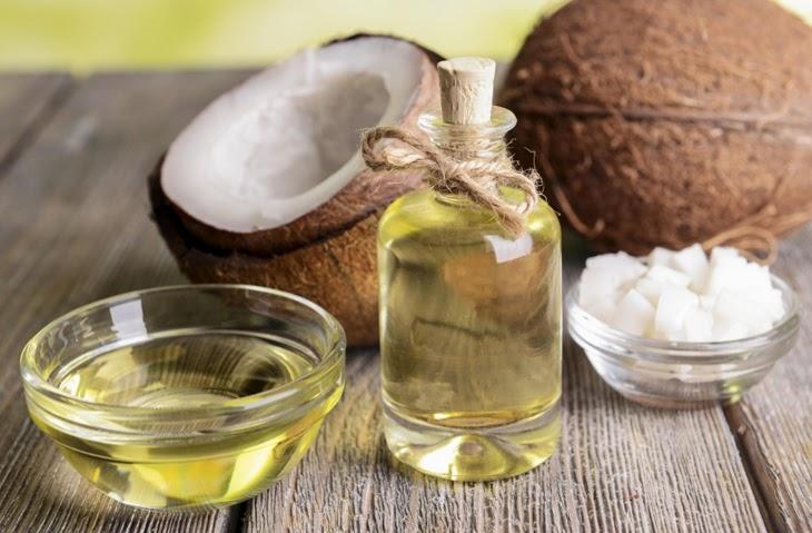 Dầu dừa được sử dụng rất phổ biến trong các công thức trị mụn ẩn