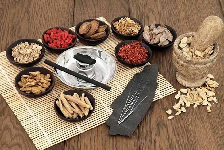 Phương pháp Đông Y sử dụng các loại thảo mộc thiên nhiên để điều trị mụn ẩn