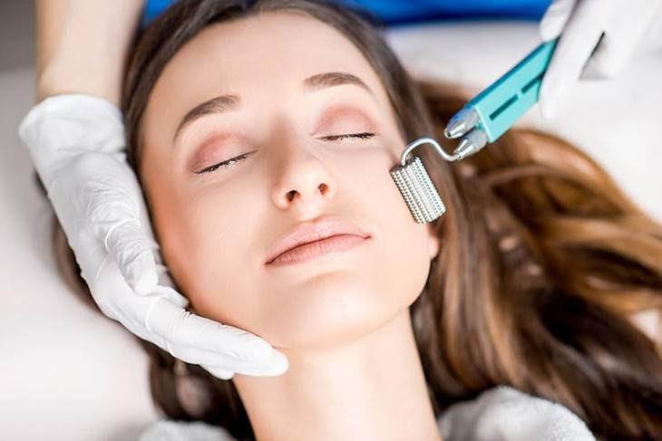 Phương pháp lăn kim giúp loại bỏ lớp tế bào sừng già, tăng cường khả năng thẩm thấu cho da