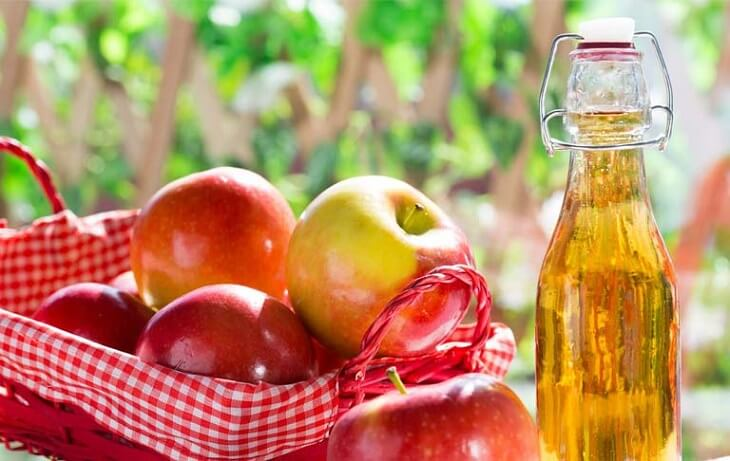 Cách trị mụn bọc ở trán bằng giấm táo được nhiều người sử dụng