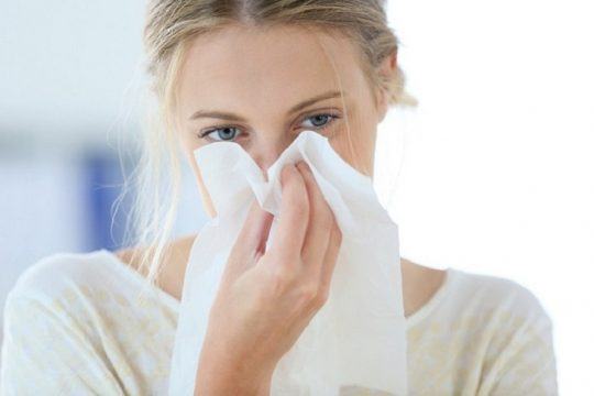 Viêm mũi xuất tiết với các triệu chứng khá giống với viêm mũi dị ứng