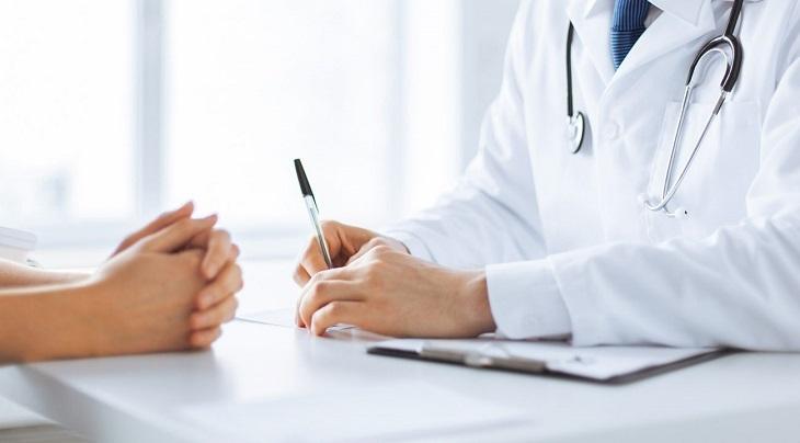 Trước khi điều trị khí hư đặc quánh, chị em nên thăm khám và tham khảo ý kiến của bác sĩ chuyên khoa