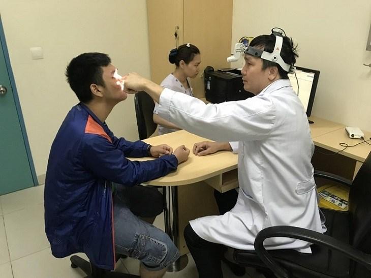 Trước tiên, bạn nên thăm khám trước và tham khảo ý kiến bác sĩ về những cách trị viêm mũi dị ứng dân gian