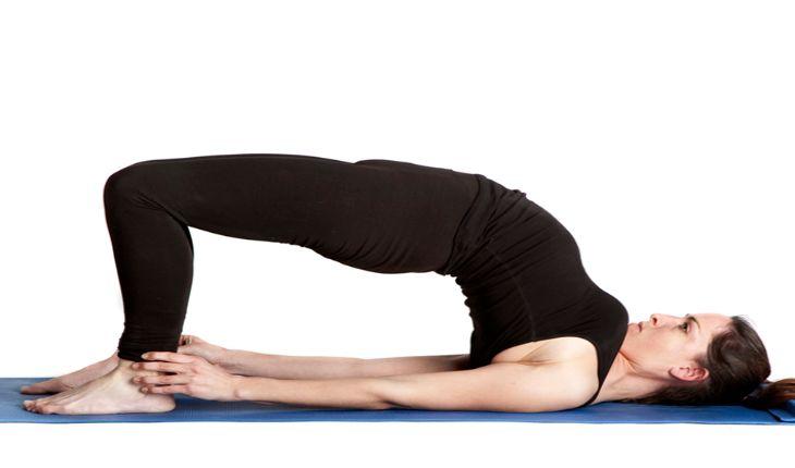 Tư thế cây cầu trong yoga chữa lạc nội mạc tử cung hiệu quả