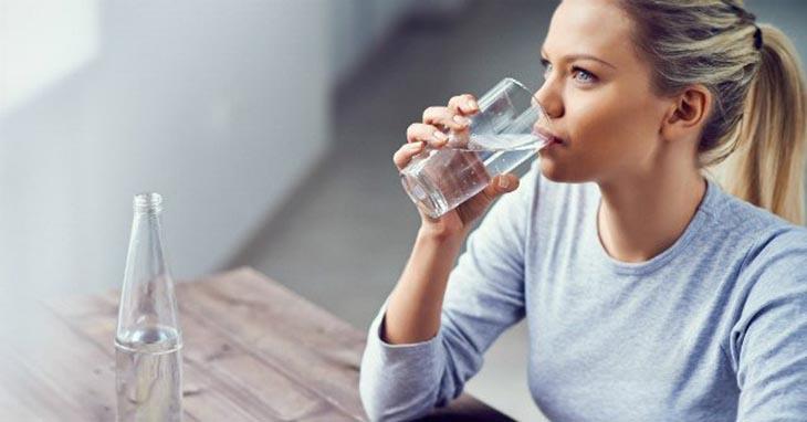 Cần uống nhiều nước mỗi ngày để thanh lọc cơ thể ngăn ngừa mụn