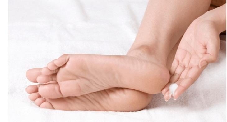 Bôi kem dưỡng ẩm có thành phần tự nhiên dịu nhẹ cho vùng da chân