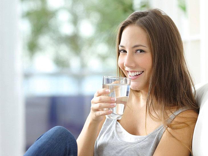 Uống đủ lượng nước tối thiểu hàng ngày