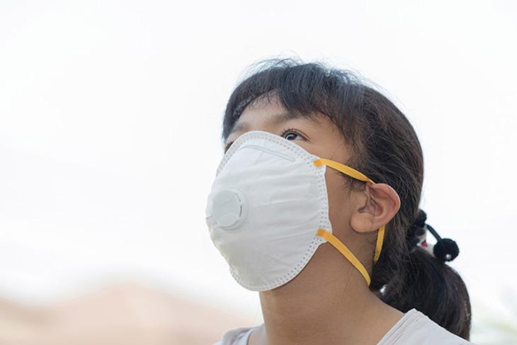 Mang khẩu trang khi đến khu vực ô nhiễm tránh các bệnh lý đường hô hấp