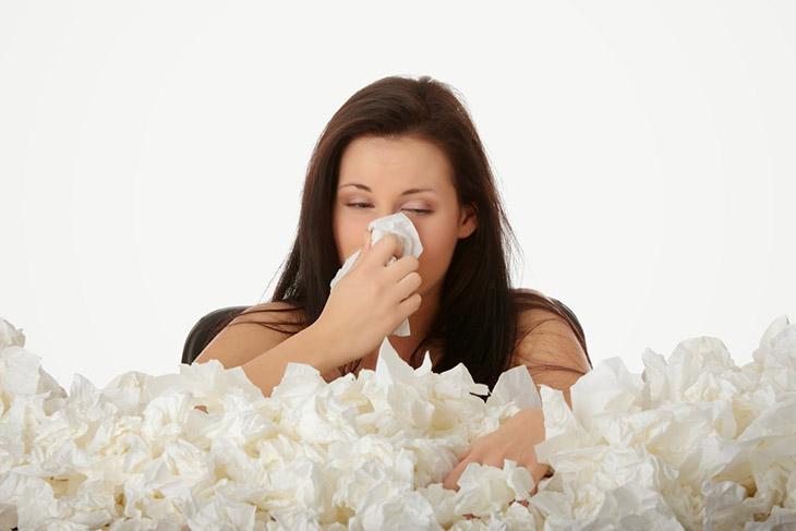 Khi bị viêm mũi dị ứng theo mùa, người bệnh sẽ thấy ngứa mắt, ngứa mũi, chảy dịch nhầy
