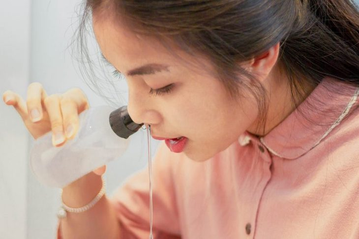 Rửa mũi hàng ngày với nước muối sinh lý