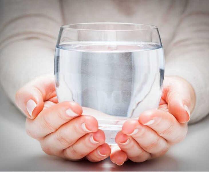 Uống nhiều nước giúp đào thải độc tố, làm loãng dịch mũi do viêm xoang gây ra