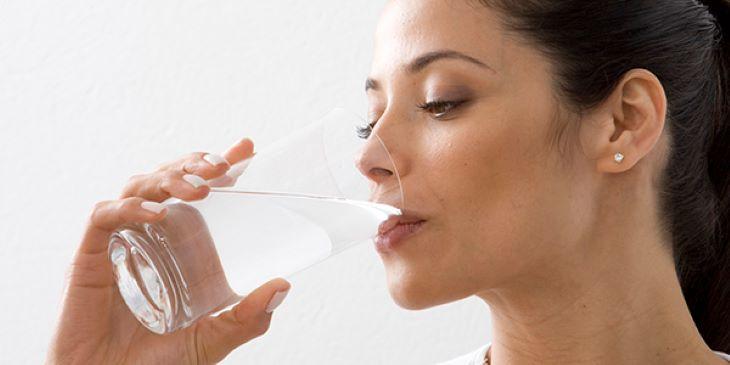 Tăng cường bổ sung nước để da khỏe mạnh, ngăn chặn mụn tái phát