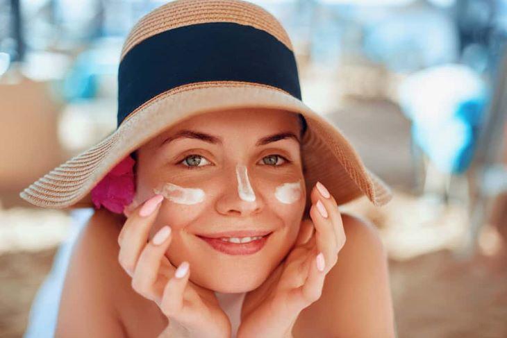 Dùng kem chống nắng và bảo vệ da trong suốt quá trình trị mụn