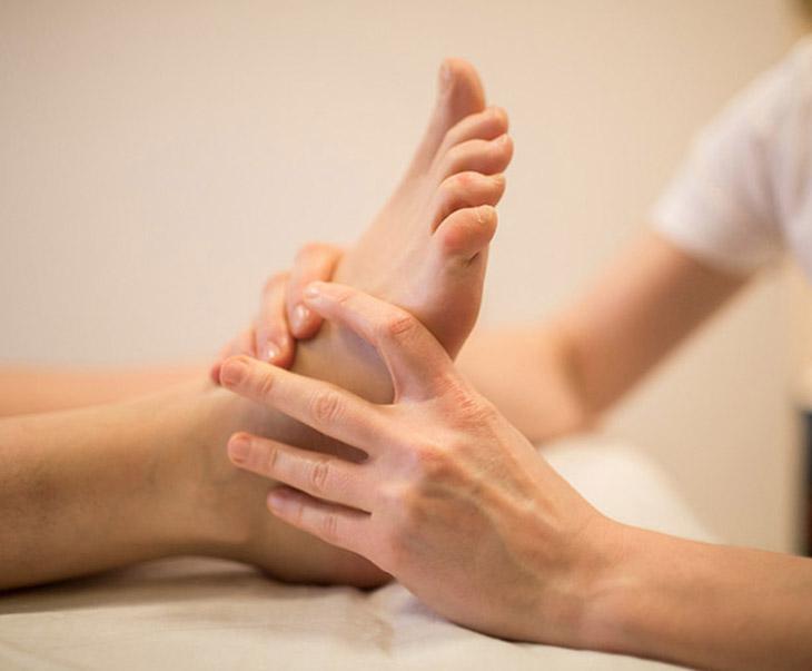 Bấm huyệt chữa liệt dương lòng bàn chân là phương pháp an toàn, không cần dùng thuốc