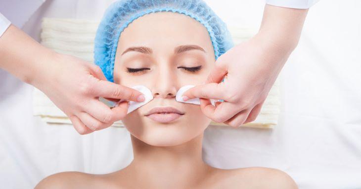 Tẩy trang và làm sạch da mặt trước khi bắn tàn nhang là bước hết sức quan trọng