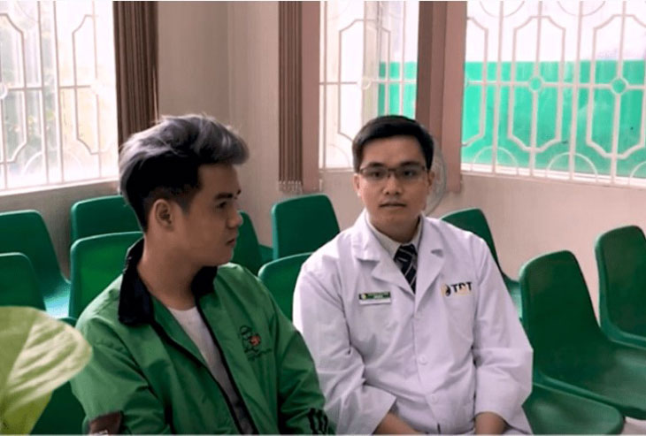Bệnh nhân Nguyễn Đỗ Đức Sang và bác sĩ trực tiếp cho anh tại Trung tâm Thuốc dân tộc chi nhánh TP.HCM