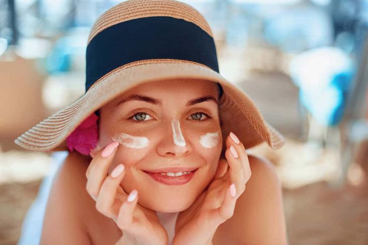 Bôi kem chống nắng cẩn thận để hạn chế tác hại của ánh nắng mặt trời